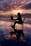Arbeiten mit Laptop Stockfoto