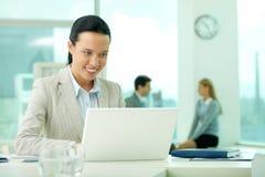 Arbeiten mit Laptop Lizenzfreies Stockfoto