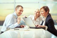 Arbeiten mit Laptop Lizenzfreie Stockfotos