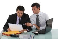 Arbeiten mit zwei Geschäftsmännern Lizenzfreie Stockfotos
