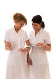 Arbeiten mit zwei Krankenschwestern Stockbild