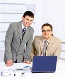 Arbeiten mit zwei stattliches Geschäftsmännern Stockfotografie