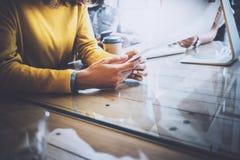 Arbeiten Prozess im modernen Büro Frau, die zu ihrem Handy schaut und am Holztisch sitzt Horizontal, verwischt Lizenzfreies Stockfoto