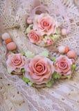 Arbeiten Sie Atelieraufnahme einer rosafarbenen mit Blumenhalskette um (der Schmuck gemacht von Lizenzfreie Stockfotografie