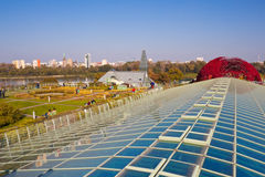 Arbeiten Sie auf dem Dach des modernen ökologischen Gebäudes von Universität L im Garten Lizenzfreie Stockfotografie