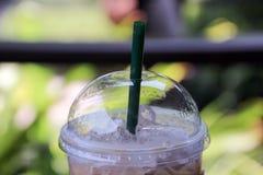 Arbeiten Sie aus und bleiben Sie mit Kaffee kühl Stockfoto
