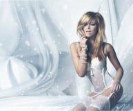 Arbeiten Sie Bild einer jungen und sexy Rothaarigefrau in der weißen Wäsche um Stockfotos