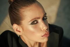 Arbeiten Sie Blick des stilvollen Mädchens, Make-uptendenz um Kosmetik für Antlitz und skincare, Friseur Make-up für Frau mit Wei Lizenzfreie Stockfotografie