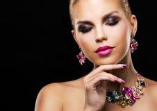 Arbeiten Sie blonde Frau des Frühlingssommers mit perfekter Haut um Lizenzfreies Stockbild