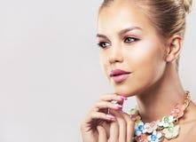 Arbeiten Sie blonde Frau des Frühlingssommers mit perfekter Haut um Lizenzfreie Stockfotos