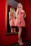 Blonde Frau in rosa Kleid L Lizenzfreies Stockbild