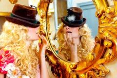 Arbeiten Sie blonde Frau mit Hut im barocken Spiegel um Lizenzfreie Stockfotos