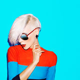 Arbeiten Sie blonde Frau mit modischer Frisur und Sonnenbrille auf einer Querstation um Lizenzfreies Stockbild