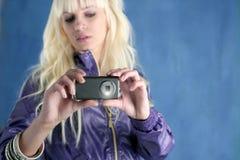 Arbeiten Sie blonden Mädchenfoto-Kamera-Handy um lizenzfreies stockbild
