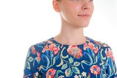Arbeiten Sie blondes Modell im blauen Kleid des Sommers um, das auf Weiß lokalisiert wird Lizenzfreies Stockbild