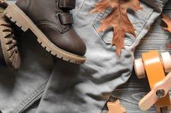 Arbeiten Sie braunen Lederkindern Schuhe, Denimhosen und Zubehör um A Lizenzfreies Stockbild