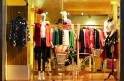 Arbeiten Sie Butikenanzeigenfenster mit Mannequins, Speicherverkaufsfenster, Front des Shopfensters um Stockbilder
