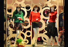 Arbeiten Sie Butikenanzeigenfenster mit Mannequins, Speicherverkaufsfenster, Front des Shopfensters um Lizenzfreies Stockbild