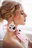 Arbeiten Sie das Foto des schönen Mädchens handgemachtes Zubehör tragend um stockfotos