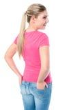 Arbeiten Sie das Mädchen um, das mit den Händen im hinteren pokcet aufwirft Lizenzfreies Stockfoto