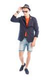 Arbeiten Sie das männliche Modell um, das seinen fantastischen Hut trägt und berührt Stockfoto