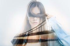 Arbeiten Sie den Blogger um, der ihre Augen mit einem Verschluss des Haares beim Experimentieren schließt Stockfoto