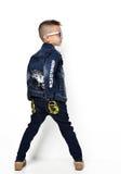 Arbeiten Sie den schönen kleinen Jungen um, der stehende rückwärtige Rückseite steht, konkurrieren Lizenzfreies Stockfoto