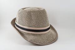 Arbeiten Sie den stilvollen Hut um, der auf einem weißen Hintergrund lokalisiert wird. lizenzfreies stockbild
