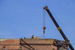 Arbeiten Sie an der Gebäudereparatur, Demolierung von alten Elementen sinkflug Lizenzfreies Stockfoto