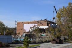 Arbeiten Sie an der Gebäudereparatur, Demolierung von alten Elementen sinkflug Lizenzfreie Stockfotos