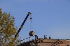 Arbeiten Sie an der Gebäudereparatur, Demolierung von alten Elementen sinkflug Stockbilder
