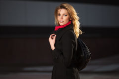 Arbeiten Sie die blonde Frau um, die auf Nachtstadtstraße geht Lizenzfreies Stockfoto