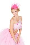 Arbeiten Sie die Frau um, die im Studio in einem rosafarbenen Kleid aufwirft Lizenzfreie Stockfotografie