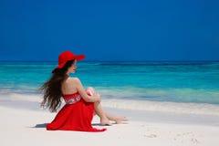 Arbeiten Sie die sorglose Frau im Hut den wirklichen Brunette genießend exotisches um Meer, Lizenzfreie Stockfotografie