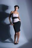Arbeiten Sie Eintragfaden einer Frau in einem Abendkleid um Lizenzfreie Stockbilder
