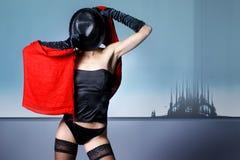 Arbeiten Sie Eintragfaden einer jungen Frau in der erotischen Wäsche um Lizenzfreie Stockfotos