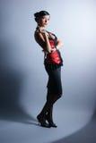 Arbeiten Sie Eintragfaden einer jungen Frau in einem Abendkleid um Stockfotografie