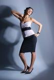 Arbeiten Sie Eintragfaden einer jungen Frau in einem Abendkleid um Stockfotos