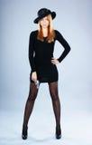 Arbeiten Sie Eintragfaden einer jungen Frau in einem Retro- Kleid um Lizenzfreie Stockbilder