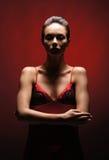 Arbeiten Sie Eintragfaden einer jungen Frau in einem roten Kleid um Stockbilder