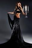 Arbeiten Sie Eintragfaden einer jungen Frau in einem schwarzen Kleid um Lizenzfreies Stockfoto