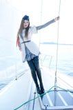Arbeiten Sie Eintragfaden einer jungen Frau in einem Seemannkostüm um Stockfotografie
