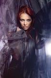Arbeiten Sie Eintragfaden einer jungen Redhead Kaukasierfrau um lizenzfreie stockfotografie