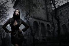 Arbeiten Sie Eintragfaden eines jungen Brunette in der dunklen Kleidung um lizenzfreies stockbild