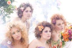 Arbeiten Sie Eintragfaden von vier jung und von schönen Nymphen um Lizenzfreie Stockbilder