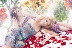 Arbeiten Sie Eintragfaden von zwei jung und von schönen Nymphen um lizenzfreie stockfotografie