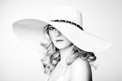 Arbeiten Sie Foto der jungen ausgezeichneten Frau im Hut um. Mädchenaufstellung Stockbild