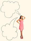 Arbeiten Sie Foto der jungen ausgezeichneten Frau im rosa Kleid um lächelnde Frau gegen Studiohintergrund mit einer Rede sprudeln Lizenzfreies Stockfoto