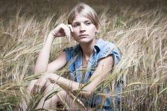 Arbeiten Sie Foto der jungen schönen Frau um Stockfoto