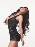 Arbeiten Sie Foto der schönen Brunettefrau im schwarzen Sommeroverall um Aufzüge, Glas und Metall Verkaufs- und Rabattkonzept Stockfotos